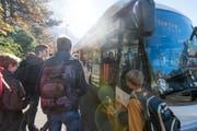 Auto-AG-Uri-Fahrgäste beim Zustieg an der Haltestelle Kollegium Altdorf. (Bild: PD)