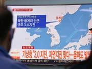 Eine Karte in einer südkoreanischen News-Sendung zeigt den Ort des Erdbebens. (Bild: KEYSTONE/AP/AHN YOUNG-JOON)