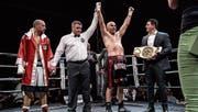 Tefik Bajrami lässt sich bei der Urteilsverkündung feiern und nimmt den Weltmeister-Gurt im Cruisergewicht entgegen. Links der geschlagene Diego Javier Sanabria.