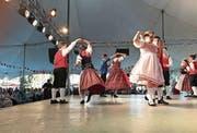 Jugendliche führen in Brasilien Tänze nach Schweizer Art auf. (Bild: Hans Kaufmann)