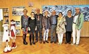 Farbig sind Künstler und ihre Werke zurzeit im Kulturraum Kägiswil (von links): Christa Booy-Rutgers, Miranda Comeaux, Steve Comeaux, Elionora Amstutz, José De Nève, Margrit Indermaur, Yvonne Gnos und Guschti Meyer. (Bild: Romano Cuonz (Kägiswil 15. September 2017))