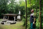 Die zu fällenden Eschen sind bereits mit einen farbigen Punkt markiert. Kobi Scheuber beim Waldkindergarten im Kappelenwald. (Bild Corinne Glanzmann)