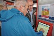 Willi Gasser von der Zentralbahn (rechts) erklärt Kursteilnehmer Paul Ziegler (74) die Bedienung des Billettautomaten. (Bild: Birgit Scheidegger (Sarnen, 4. Mai 2017))
