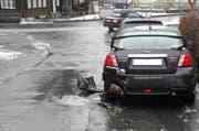 Ein Unbekannter fuhr am Samstagvormittag in ein parkiertes Auto in Küssnacht. (Bild: pd)