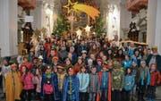 Die Bürgler Sternsinger feierten gemeinsam ihren Abschluss in der Pfarrkirche. (Bild: Stefan Arnold (Bürglen, 5. Januar 2018))