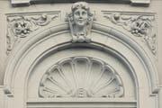 Symmetrisch und formschön: Das Muschelmotiv an der Zuger Hauptpost ist der Barockarchitektur entlehnt. (Bild: Stefan Kaiser / Neue ZZ)