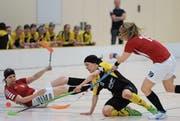 Gestrauchelt: Regula Arnold (Mitte) ist mit Floorball Uri in den Playoff-Viertelfinals gescheitert. (Bild: Urs Hanhart (Altdorf, 9. April 2017))