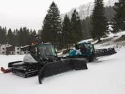 Die neuen Pistenfahrzeuge im Einsatz auf der Mörlialp. (Bild: PD)