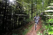 Biker unterwegs auf einem Wanderweg. Obwalden will ein gutes Miteinander. (Bild Maria Schmid)