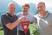 Dany Ryser, Erich Amstad und Heinz Moser (von links): ein Stelldichein von zwei Fussballtrainergrössen in Seelisberg. (Bild: Christoph Näpflin)