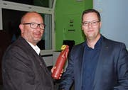 Gemeindepräsident Max Aschwanden (links) würdigte die Verdienste des per Ende Mai aus dem Amt scheidenden Gemeindevizepräsidenten Werner Jauch. (Bild: Bruno Arnold (Seedorf, 18. Mai 2017))