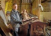 Niklaus Britschgi mit der Sammlung von rund 40 Grabdenkmälern von Lungerer Bildhauern. Bild: Corinne Glanzmann (Lungern, 12. Oktober 2016)
