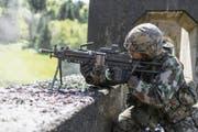 Ein Rekrut feuert Munition auf ein Ziel. (Symbolbild Keystone)