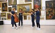 Das Quartett Plus 1 spielt vor den alten Meistern (von links): Lisa Stepf (Violoncello), Kathrina Hülsmann (Viola), Kristina van de Sand und Katharina Pfänder (Violine). (Bild: Bild Romano Cuonz (Stans, 9. April 2017))