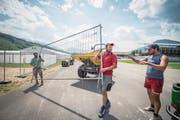 Der Alpnacher Kranzschwinger Stefan Gasser (rotes T-Shirt) ist sich nicht zu schade, beim Aufbau der Arena tatkräftig mitzuhelfen. (Bild: Christoph Riebli (Alpnach, 23. Juni 2017))