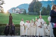 Die Statue des Bruder Klaus beim Einzug in die Pfarrkirche. (Bild: Dominik Wunderli (Sachseln, 25. September 2017))