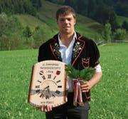 Stolzer Sieger: Jonas Burch gehörte nicht zu den Favoriten und hatte auf dem Weg zum Sieg drei Kranzschwinger bezwungen. (Bild: Werner Schönbächler (Alpthal, 13. August 2017))