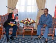 Fifa-Präsident Gianni Infantino (links) im Gespräch mit Präsident Isaias Afewerki in der Denden Hall, einem eritreischen Regierungsgebäude. (Bild: PD (Asmara, 23. Februar 2018))