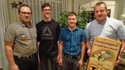 Von links: Präsident Mario Herger mit den beiden neuen Aktivschwingern Marco Herger und Silvan Gisler sowie mit Ehrenmitglied Bernhard Arnold. (Bild: Jeannette Herger (Altdorf, 4. Januar 2018))