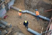 ARCHIV - 20.01.2017, Hamburg: Bauarbeiter stehen auf einer Baustelle in der Hafencity. (zu dpa «Forscher erwarten 2018 neue Arbeitsmarkt-Rekorde» vom 22.03.2018) Foto: Daniel Reinhardt/dpa +++ dpa-Bildfunk +++ (KEYSTONE/DPA/Daniel Reinhardt) (Symbolbild: Daniel Reinhardt / DPA / Keystone)