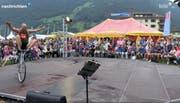 Erfreulich viel Publikum: Entgegen den Prognosen fiel am Samstag am Spettacolo nur wenig Regen. (Bild: Tele1)