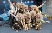 Wild und glamourös: Die Sinser Turnerinnen und Turner verwandeln sich in schillernde Showstars der 70er-Jahre. (Bild: Cornelia Bisch (Zürich, 24. Februar 2018))