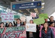 Protest gegen United Airlines am Flughafen von Chicago. (Bild: Kamil Krzaczynski/Reuters (11. April 2017))