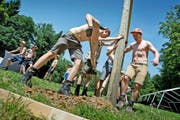 Die Pfadfinder aus Altdorf kommen in ihrem Sommerlager in Altishofen ins Schwitzen. (Bild Pius Amrein)