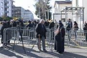 Abstimmende am Montag vor dem türkischen Konsulat in Zürich. (Bild: EPA/ENNIO LEANZA)
