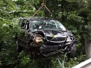 Der Unfallwagen wird zurück auf die Strasse gehoben. (Bild: Geri Holdener)