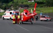 Die Schwerverletzte wird zum Rettungshelikopter gebracht. (Bild: Geri Holdener, Bote der Urschweiz)
