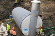 Bauarbeiten an der Infrastruktur: Oberhalb Sarnen wird eine sogenannte Brunnstube im Erdreich installiert. Hier sammelt sich das Wasser aus einer Quelle, bevor es dann weiter in ein grosses Reservoir Richtung Tal fliesst. (Bild: PD)