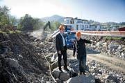 Gemeinderat Renato Durrer (links) und Ingenieur Peter Scheiwiller im Bachbett des Steinibachs in Hergiswil. Das Wasser wird während der Bauarbeitenin Röhren umgeleitet. (Bild: Corinne Glanzmann / Neue NZ)