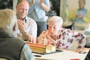 Rosa Waldis-Benz bläst die Geburtstagskerzen auf der Riesencremeschnitte aus. (Bild: Corinne Glanzmann (Ennetbürgen, 26. Juli 2017))