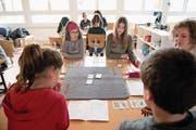 Schüler beim gemeinsamen Jassen (Bild: Corinne Glanzmann (Ennetbürgen, 27. März 2018))