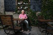 Romano Simioni im Garten des Luzerner Restaurants Felsenegg, das von seinem Sohn geführt wird. (Bild: Roger Grüter (19. Juli 2017))