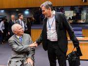 Der griechische Finanzminister Euklid Tsakalotos (rechts) begrüsst seinen deutschen Amtskollegen Wolfgang Schäuble in Luxemburg. (Bild: KEYSTONE/AP/GEERT VANDEN WIJNGAERT)