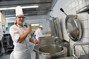 Miriam Ulrich kocht im Kantonsspital Uri täglich Speisen für 200 Patienten und Gäste. (Bild: Urs Hanhart (Altdorf, 6. September 2017))