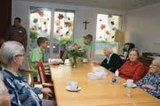 Die neue Wohngruppe für Menschen mit Demenz beim Kaffeetrinken in der Küche. (Bild: Marion Wannemacher (Giswil, 3. November 2017))