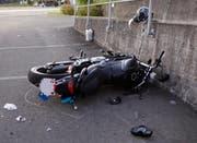 Am Motorrad mit Lernfahrschild entstand hoher Sachschaden. (Bild: Geri Holdener, Bote der Urschweiz)