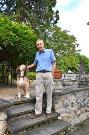 Ein treuer Freund: Dieter Gemsch mit Hund Thor im Garten seiner Liegenschaft Maihof in Schwyz. (Bild Andrea Schelbert)