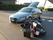 In Schindellegi hat eine Audi-Lenkerin einen Töfffahrer übersehen. (Bild: Kapo Schwyz)