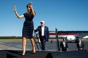 Melania Trump muss sich eine eigene Designerin suchen. Die französische Designerin Sophie Théallet, die Michelle Obama einkleidete, weigert sich, für die neue First Lady zu arbeiten. (Bild: AP Photo/ Evan Vucci)
