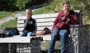 Die «Sprungbrett»-Sitzbänklein werden auch von Kindern sehr oft als Picknickplatz benützt. (Bild: Paul Gwerder (Erstfeld, 2. Mai 2017))