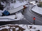 Zur Bergung des Fahrzeugs muss die Strasse gegen Mittag vollständig gesperrt werden. (Bild: Kantonspolizei Schwyz)