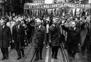 Die Führungsriege der tschechoslowakischen Kommunisten mit Generalsekretär Alexander Dubèek (Mitte rechts) an der 1.-Mai-Kundgebung 1968 in Prag. (Bild: Keystone)