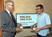 Der Sachsler Pfarrer Daniel Durrer (links) und Autor Jürg Spichiger freuen sich über die neue viersprachige DVD über Niklaus von Flüe. (Bild Romano Cuonz)