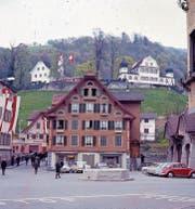 Der Sarner Dorfbrunnen am Landsgemeindesonntag vom 24. April 1966. Wegen einer Sanierung der Wasserleitungen wurde die Säule samt Statue abmontiert. (Bild: PD)