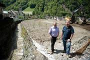 Gemeindeschreiber Andreas Bünter (links) und Gemeinderat Remigi Zumbühl beim Humligenbach. (Bild Corinne Glanzmann)