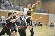 Die Altdorfer mit Marius Kasmauskas (am Ball) brauchen dringend Punkte gegen den Abstieg. (Bild: Urs Hanhart (Altdorf, 27. November 2017))